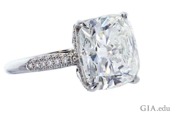垫型切工的钻石起源于18世纪,纵使时光流逝,它的美也没有消减半分。
