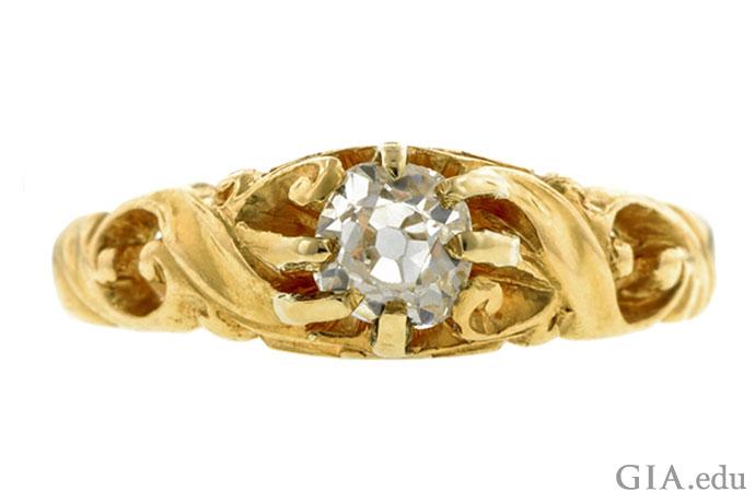 这枚金色的新艺术戒指(1900年左右)镶有一颗0.48克拉的老矿式切磨钻石。