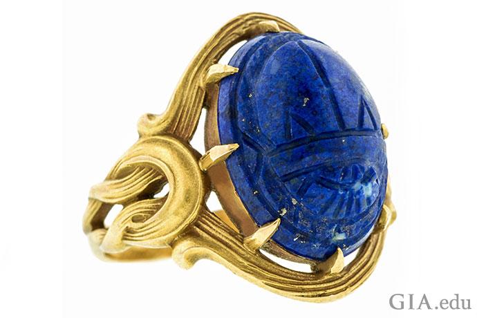这枚青金石新艺术戒指(约1905年)上雕刻有圣甲虫——在古埃及象征着生命和重生,在新艺术时期为一种普通图案。