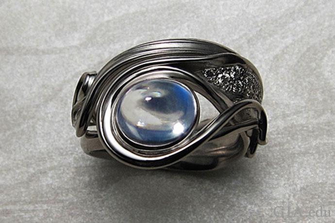 月光石是这枚现代戒指的核心,灵感来自于新艺术时期。