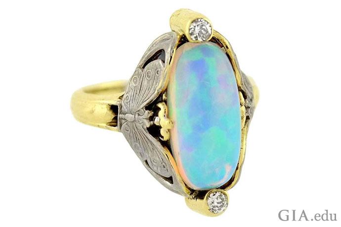 这枚复古新艺术戒指(约1910年)中的蛋白石呈现出游彩色调,备受这个时期的珠宝设计师青睐。