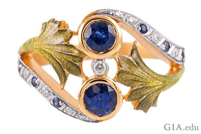 こちらの現代的なリングに見事に表現されている決して見間違うことのないアールヌーボー調のスタイルを、他では見られないような婚約指輪を作るために使うこともできる。
