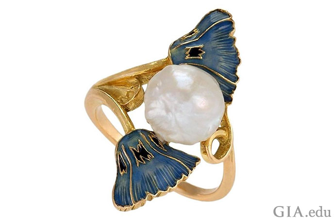 ルネ・ラリックによって1900年頃にデザインされたこのリングにあしらわれた2つのエナメルのポピーの花が目に優しく映る。 その間におかれた淡水バロックパールが優美なアクセントになっている。