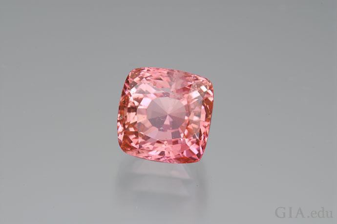 この6.66ctのスリランカ産の石が持つ、見るものを魅了する美しさから、パパラチャサファイアの価値が高い理由がわかる。