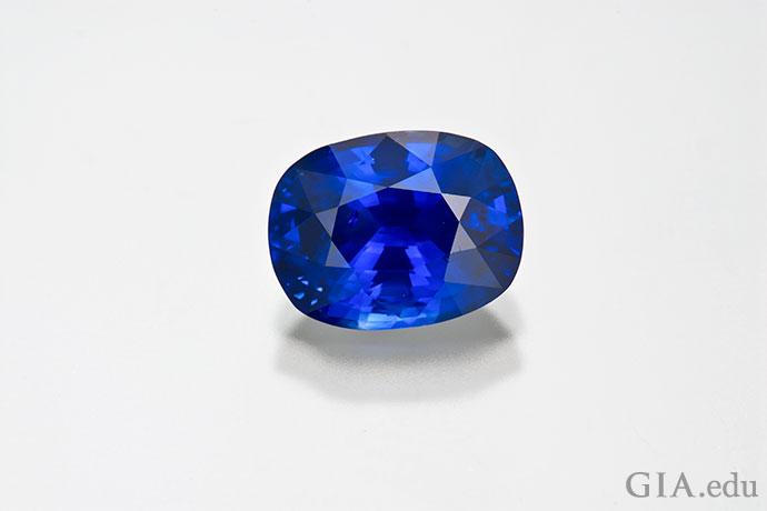 不少蓝宝石采用垫型切工,这颗重4.47克拉的蓝色宝石就是如此。
