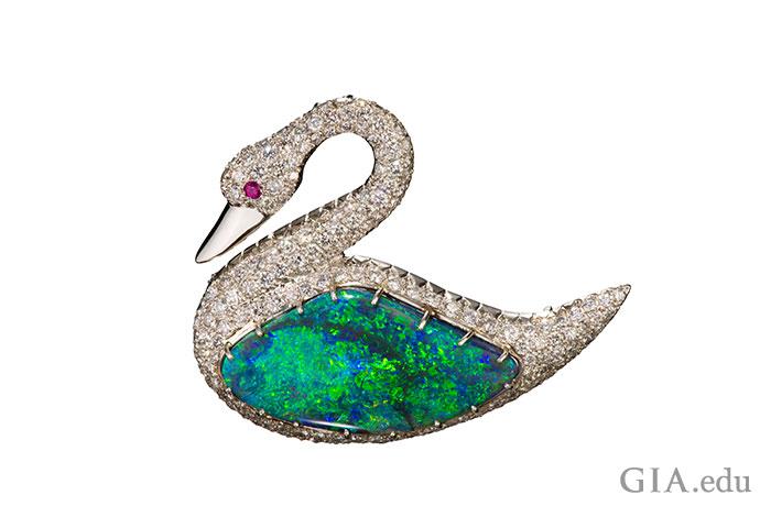 一只钻石天鹅,以红宝石作眼,蛋白石为身躯,这件作品极为精妙,宝石品质也十分出众。