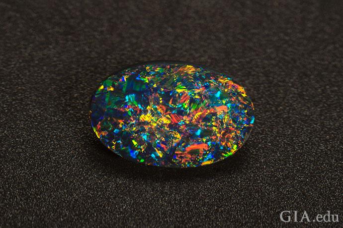宝石级的黑蛋白石会显现出星火游彩。