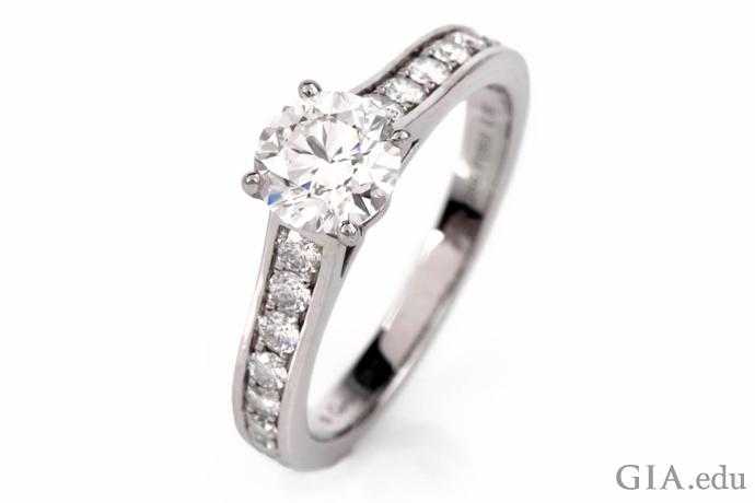 4本のプロングは、適切な程度にダイヤモンドを保護し、かつしっかりと固定することができる。