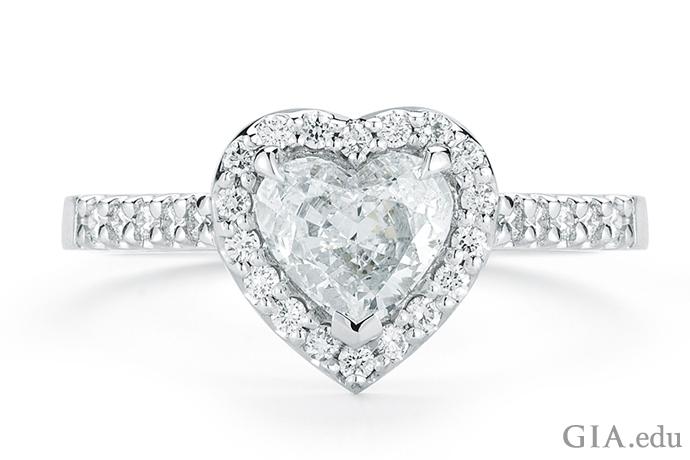 1.03ctのハート型ダイヤモンドの婚約指輪。先端のV字型プロングがダイヤモンドを損傷から保護する。
