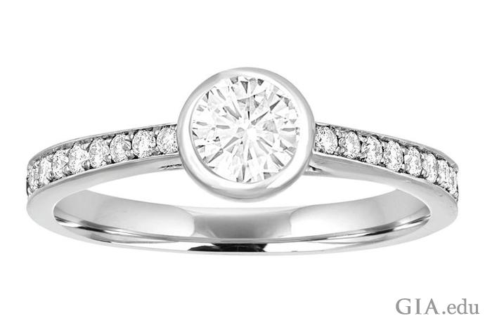 このベゼルセッティング(覆輪留め)の0.53ctのダイヤモンドはしっかりと保護されている。