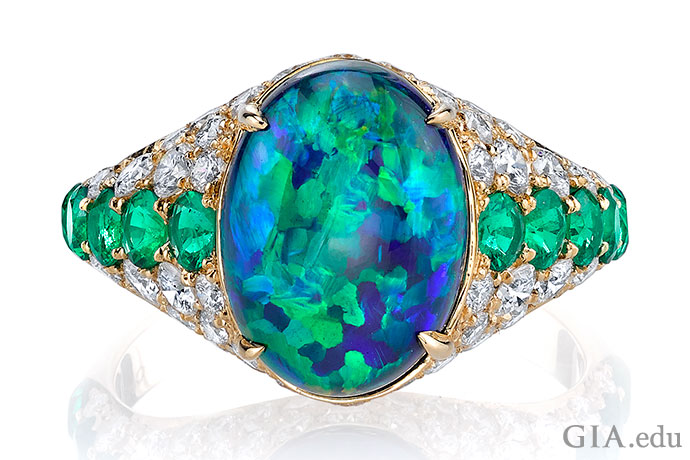 这枚3.50克拉的黑蛋白石、祖母绿和钻石戒指让人过目不忘。