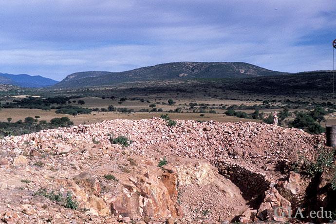 Querétero(克雷塔罗)的蛋白石矿藏位置偏远;崎岖交错的景色便是背景。