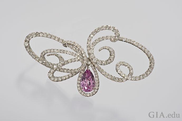 粉红色拓帕石镶嵌在钻石和铂金制成的蝴蝶形胸针中。