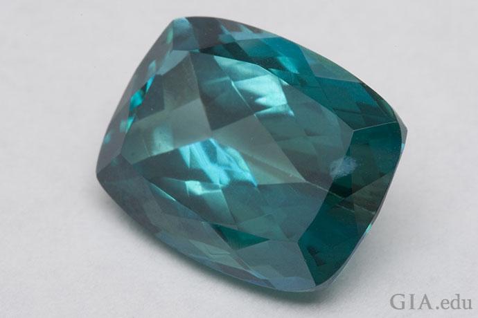 """一颗经过辐照处理的蓝色拓帕石,处理后的颜色通常被称为""""神秘的拓帕石""""或""""加勒比拓帕石""""。"""