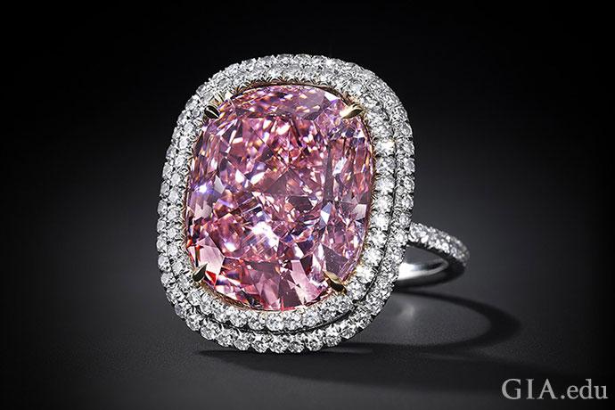 ホワイトメタルの婚約指輪にセットされ、ホワイトダイヤモンドの二重ヘイローに囲まれた16.08 ctファンシーヴィヴィッドピンクダイヤモンド。