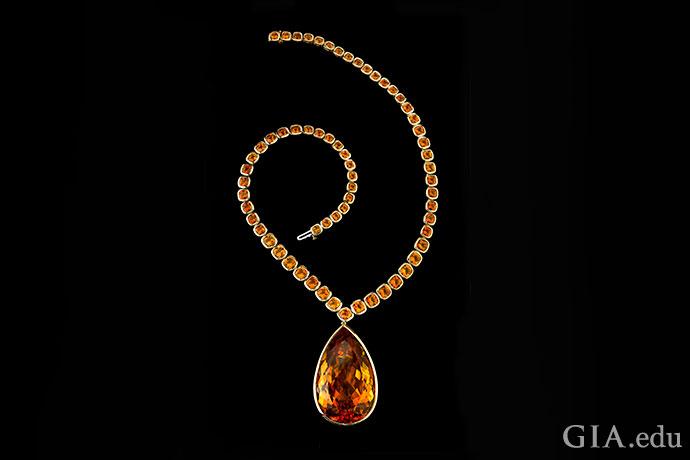 朱莉黄水晶项链以包镶工艺镶嵌着64颗渐变色的垫形切工黄水晶,177.11克拉的梨形黄水晶吊坠是醒目的点睛之笔。