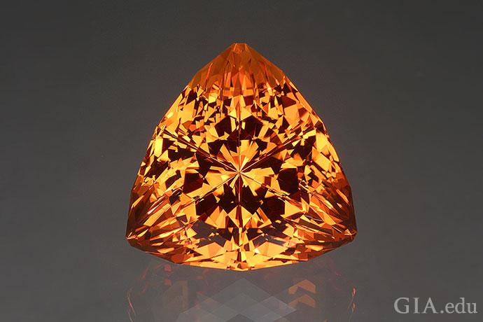 一颗43.49克拉的幻象式切磨黄水晶。