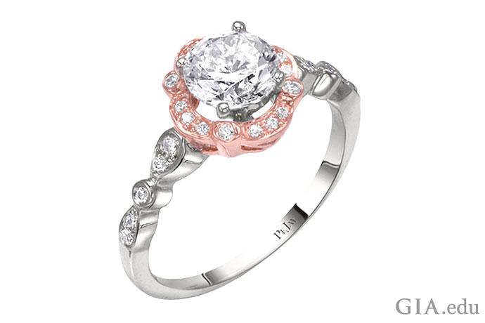 18Kのローズゴールドにセットされたホワイトダイヤモンドメレーのヘイローが特徴のダイヤモンドの婚約指輪。