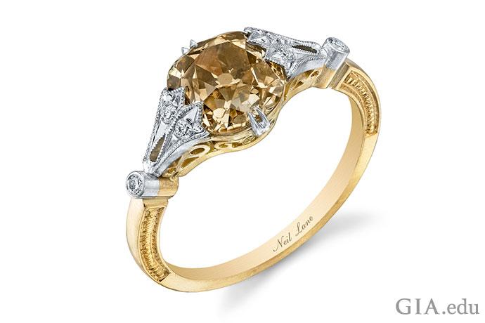 イエローゴールドにセットされた、ブラウンクッションカットダイヤモンドが主役の婚約指輪。ホワイトダイヤモンドのサイドストーンのついたプラチナのプロングがアクセントとなっている。