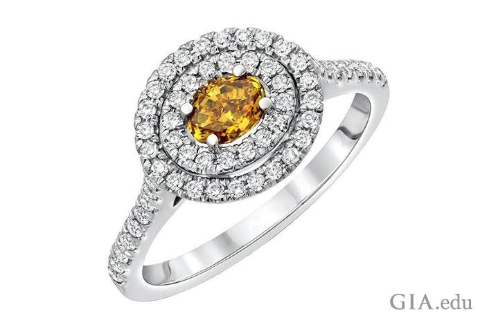 ホワイトダイヤモンドメレーの二重ヘイローに囲まれ、18Kホワイトゴールドの婚約指輪にセットされた、0.38 ctのブラウンダイヤモンド。