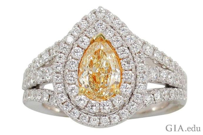 合計0.94カラットのホワイトダイヤモンドの二重ヘイローの婚約指輪のセッティングが1.02 ctのイエローダイヤモンドの背景となっている。