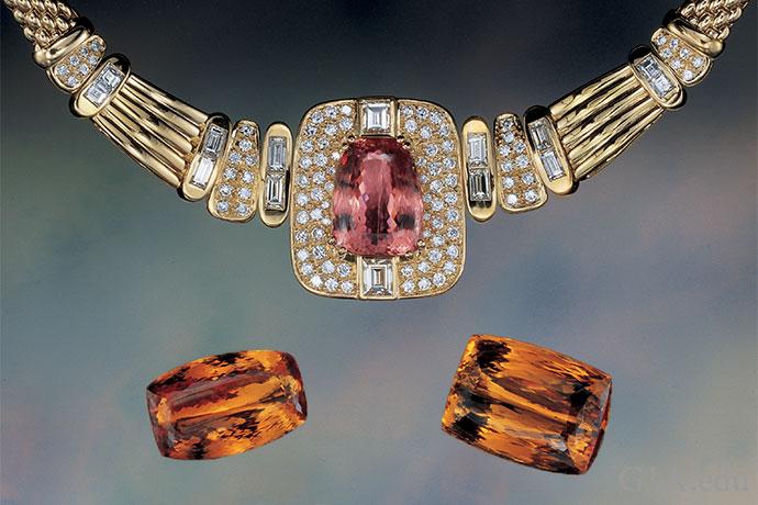 镶嵌着一颗24.13克拉的花式切工拓帕石的项链,以及分别为44.11克拉、71.21克拉和66.66克拉的未镶嵌宝石。