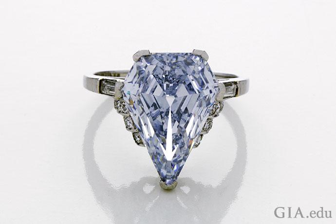 プラチナの婚約指輪にセットされた5.98 ctのファンシーライトブルーダイヤモンド。