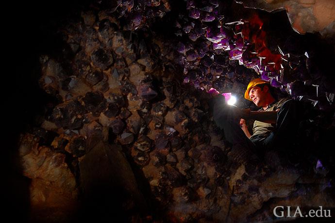 玻利维亚的安纳西矿是十一月生日石黄水晶的重要产地。