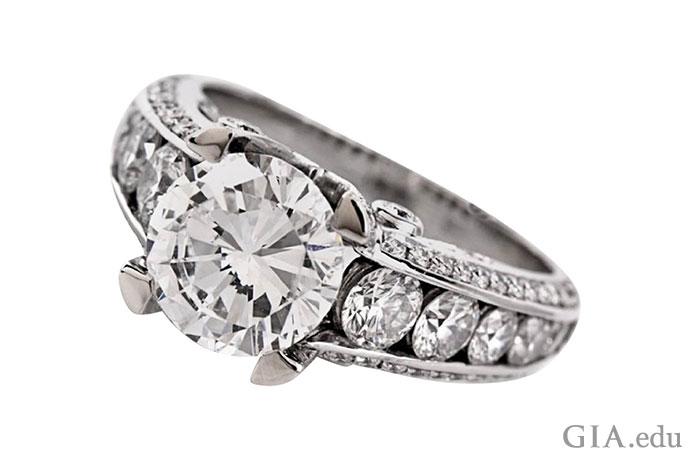 经GIA鉴定,这枚戒指中镶嵌的2.04克拉钻石主石颜色等级为F,净度为VVS2。