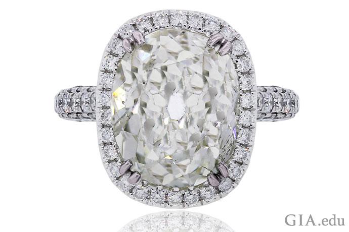 現在の現代的なクッションブリリアントカットの前身である、10.09 ctのオールドマインカットダイヤモンド。
