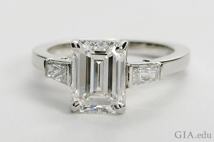 インクルージョンとブレミッシュは、エメラルドカットのダイヤモンドの場合、肉眼で見えやすくなる。