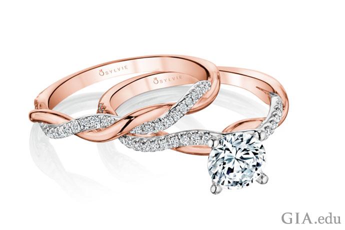 镶钻的玫瑰金和铂金订婚对戒。