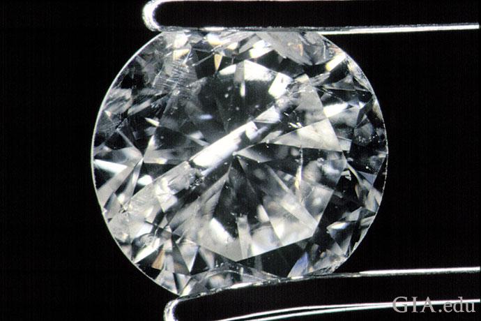 無数のインクルージョンやブレミッシュがこのダイヤモンドの外観を損ねている。