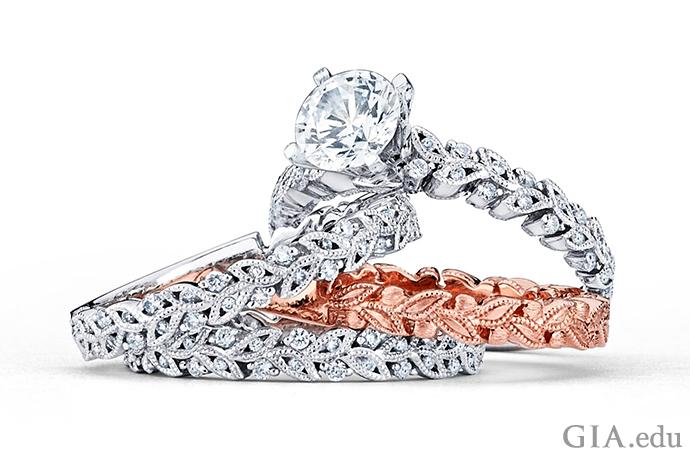 ローズゴールドの指輪はホワイトゴールドの2本の指輪に挟まれると劇的な色を発してくれる。繊細なタッチ: ローズゴールドのもつパターンがダイヤモンドの結婚指輪に反映されている。