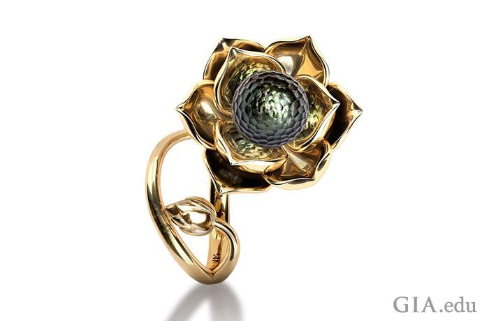 ファセットカットされたタヒチ産養殖真珠が蓮の花びらに置かれたこの作品は、純粋な精神と心の象徴だ。