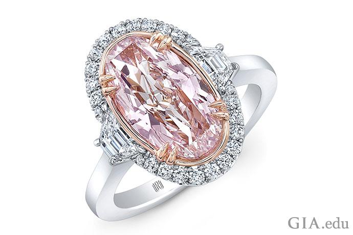こちらは形の美しい重量2.32ctのオーバルピンク ダイヤモンドに、ヘイローの上下にちりばめた合計0.79ctのメレーダイヤモンドと2つの台形のダイヤモンドが添えられたもの。