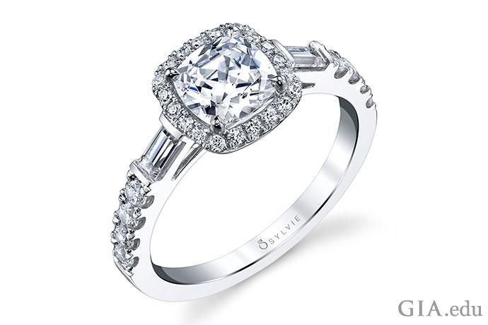クッションカットのダイヤモンドには、数多くの種類があるため、個性も様々だ。例えばこちらは、1カラットのセンターストーンに2つのバケットサイドストーンがついている。