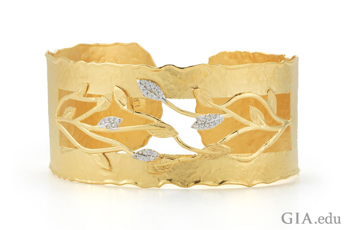 精美的 14k 黄金树枝。钻石花苞。精致优雅,魅力无限。