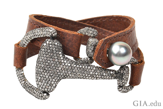 タヒチ産養殖真珠、ダイヤモンド、そしてレザー?珍しい組み合わせだが、チョーカーやブレスレットとして身につけられるこちらの素朴な作品にはとても合っている。