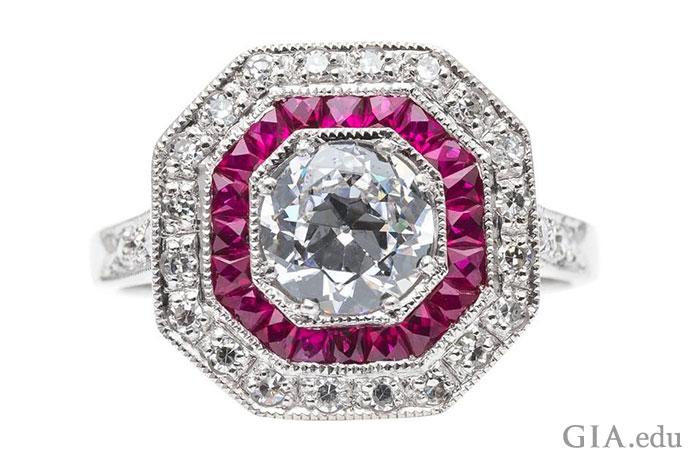 こちらの誇らしげな指輪には、0.70ctのヨーロピアンカット ダイヤモンドがセンターストーンとして使われ、ダイヤモンドのヘイローに囲まれたルビーのヘイローがあしらわれている。
