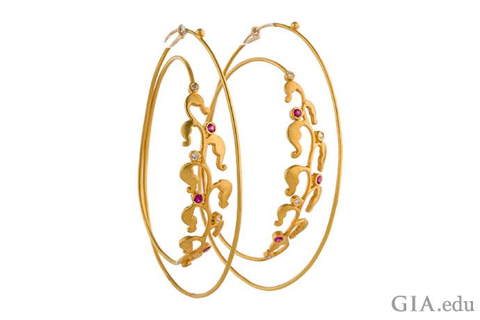 ダイヤモンドとルビーが花のようにセットされていて、ダブルフープイヤリングに重厚感が感じられる。