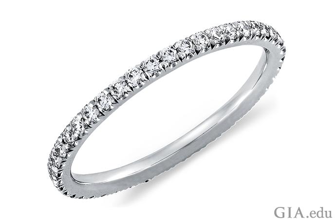 一列になったビーズ留めのダイヤモンドは夜にきらめく街の灯りのように輝く。