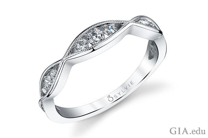 ミル打ち(地金の玉が連なったライン)は世紀を超えて婚約指輪を装飾する人気の技法だ。その技法があるだけでモダンな婚約指輪をビンテージの雰囲気にしてくれる。