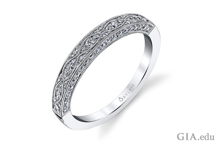 こちらの婚約指輪は現代的なものだが、装飾的でミル打ちをふんだんに使ったデザインで、アンティークショップで見つけたとしてもおかしくはない。0.37カラットのダイヤモンドがデザインをさらに魅力的にしている。