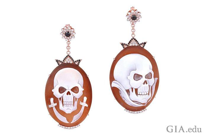 グリニング・スカル?決戦の三日月刀?このイヤリングは気弱な人向けではない。無色のダイヤモンドとブラックダイヤモンドがカメオに浮かぶ幽霊のような冠を飾っている。