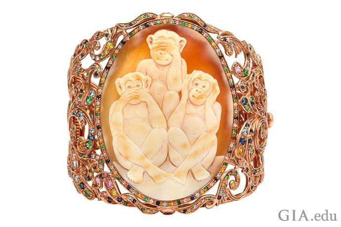 这三只猴子源自古日本谚语,一个双手捂眼做惨不忍睹状、一个双手捂嘴做噤若寒蝉状、一个双手捂耳做置若罔闻状。一位当代珠宝设计师将其打造成一款有趣的浮雕手环,并以沙弗莱石、蓝色拓帕石,以及蓝色、粉红色和黄色蓝宝石打造出彩虹般的效果,为其注入新的生机。