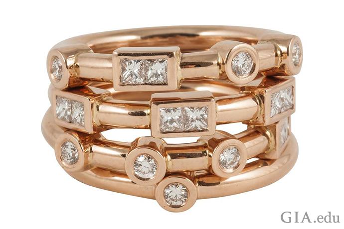 ローズゴールドの4連の結婚指輪ならかなり真剣なメッセージを伝えることができる。また表には見えないメッセージも込められていて、点と線がモールス信号の「愛」を意味している。