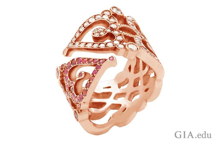 中世の箱のデザインからヒントを得て、サビーヌ・ゲッティはこの結婚指輪を作った。ローズゴールドを使うことでアンティーク調の外観になっている。この作品には0.65カラットのダイヤモンドと1.26カラットのルビーがちりばめられている。