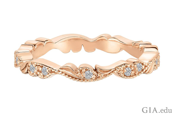 マリサ・ペリーのシャンティリー・レース結婚指輪に見られる唐草模様、レース状のライン、飾り文字は、エドワード朝の指輪を呼び起こしてくれる。