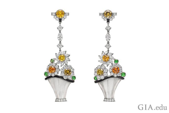 """雕刻水晶花篮盛满钻石花朵,以彩色钻石为花芯,绿色沙弗莱石为""""叶子"""",自铂金钻石""""吊绳""""上垂下,优美典雅。这款复古风格的耳坠由 Raymond C. Yard 设计,饰以 6.40 克拉钻石和 0.59 克拉沙弗莱石,以及黑色条纹玛瑙。"""